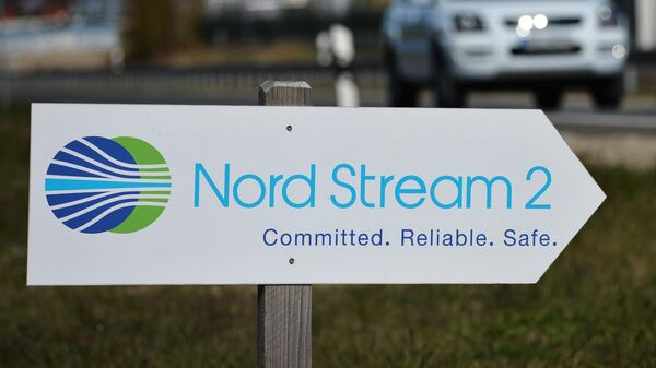 Указатель с символикой компании Nord Stream 2 AG, ведущей строительство газопровода Северный поток-2 в Германии