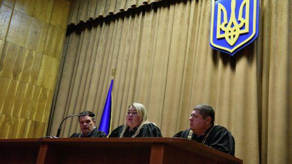 Судьи административного апелляционного суда во время заседания на котором происходит рассмотрение иска об отмене регистрации кандидата на пост президента Украины Владимира Зеленского