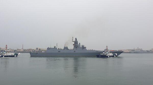 Корабль ВМФ РФ во время прибытия в порт города Циндао китайской восточной провинции Шаньдун