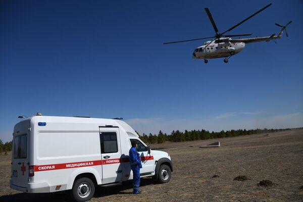 Вертолет санитарной авиации авиакомпании Аэросервис доставляет пострадавших от пожара в больницу Читы