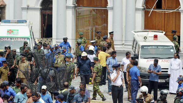 Автомобили скорой помощи на месте взрыва в церкви в Коломбо, Шри-Ланка. 21 апреля 2019