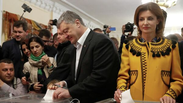 Кандидат в президенты Петр Порошенко с супругой Мариной во время голосования на одном из избирательных участков Киева в день второго тура выборов президента Украины
