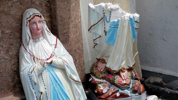 Поврежденная статуя Девы Марии у церкви Святого Антония в Коломбо, где произошел взрыв. Шри-Ланка, 21 апреля 2019