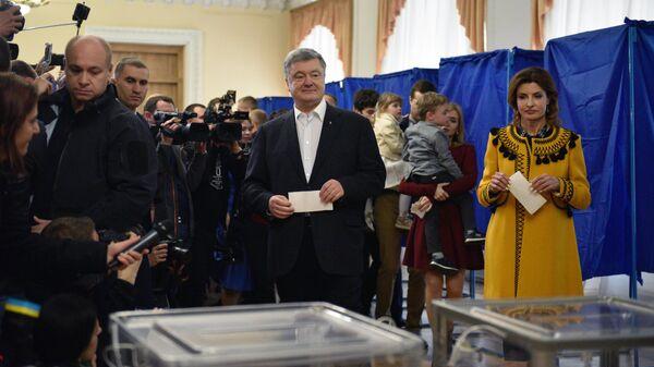 Действующий президент Украины Петр Порошенко с супругой Мариной во время голосования на одном из избирательных участков города в день второго тура выборов президента Украины