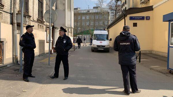 Источник: полицейские сняли мужчину с крыши посольства Венесуэлы в Москве
