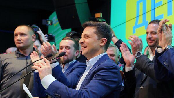 Кандидат в президенты от партии Слуга народа Владимир Зеленский выступает в собственном штабе в конгрессно-выставочном центре Парковый во время объявления первых итогов голосования второго тура выборов президента Украины