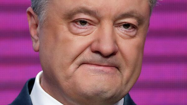 Кандидат в президенты Петр Порошенко выступает после объявления первых результатов Национального exit poll в Киеве