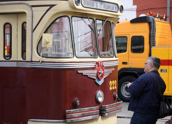 Старинный трамвайный вагон, участник парада трамваев, на улице столицы. Московский трамвай празднует юбилей – ему исполняется 120 лет