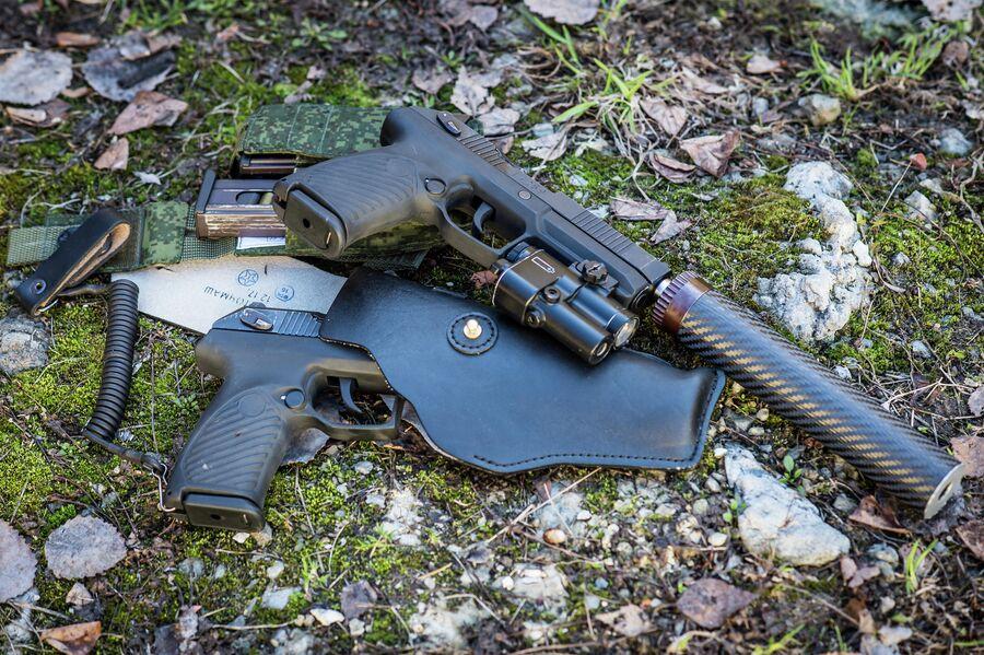 Спецверсия пистолета Удав с глушителем, ЛЦУ и тактическим фонарем