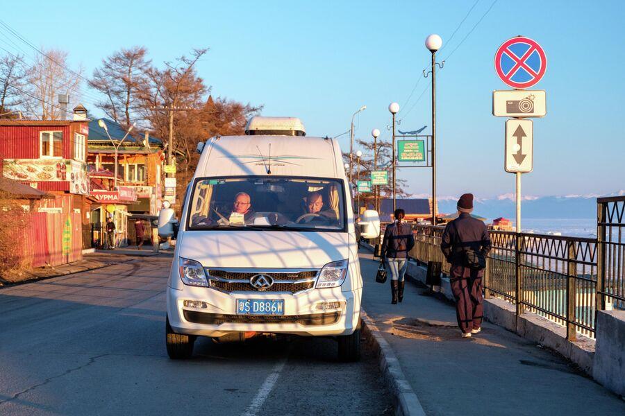 Китайский туристический автобус в поселке Листвянка