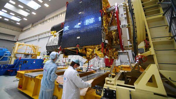 Космический аппарат Спектр-РГ перед отправкой на Байконур в лаборатории НПО имени Лавочкина
