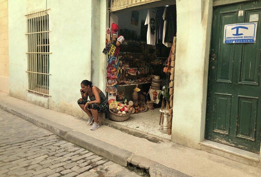 Продавец в сувенирной лавке, Гавана, Куба