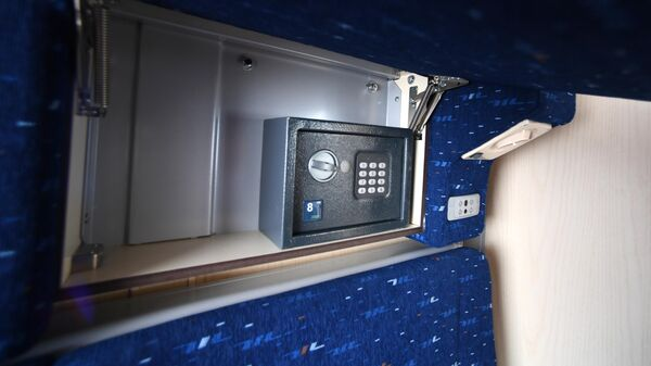 Сейф с электронным замком за подголовником в купе одноэтажного купейного вагона дальнего следования на Рижском вокзале в Москве