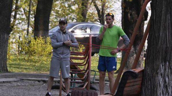 Владимир Зеленский с тренером в Мариинском парке в Киеве