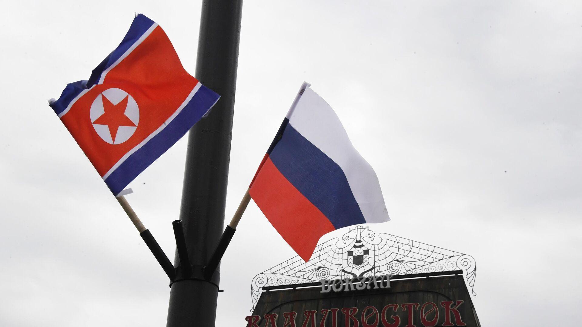 Флаги России и КНДР на железнодорожном вокзале Владивостока, куда прибудет поезд председателя КНДР Ким Чен Ына - РИА Новости, 1920, 26.02.2021