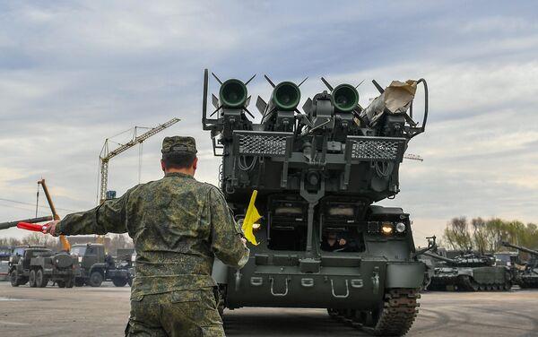 Военная техника, которую доставили в Москву с полигона Алабино для участия в параде Победы на Красной площади 9 мая. В центре: зенитно-ракетный комплекс Бук-М2