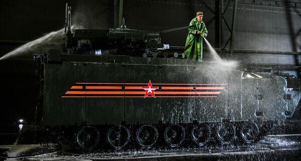 Военнослужащий моет боевую машину пехоты на гусеничной платформе Курганец-25
