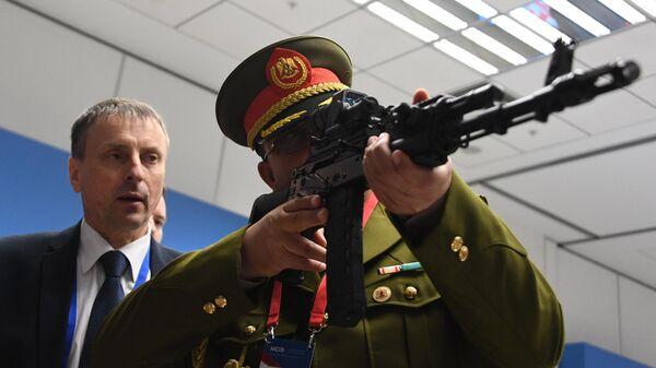 Участники VIII Московской конференции по международной безопасности знакомятся с новым автоматом Калашникова АК-200 во время его демонстрации
