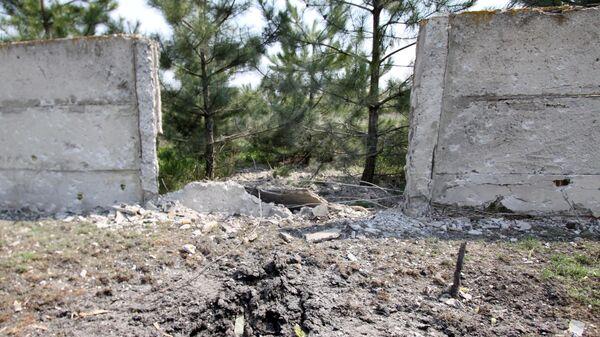 Двор жилого дома, поврежденный в результате артиллерийского обстрела в Донбассе