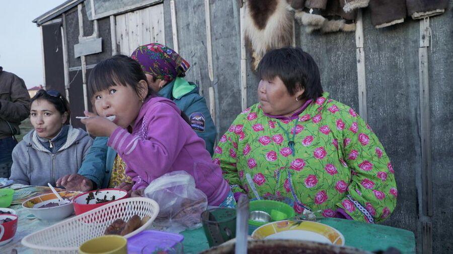 Эскимосская семья, дающая званый обед в честь прибытия группы в поселок Лорино на Чукотке