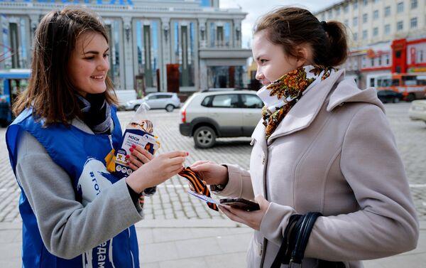 Волонтер раздает георгиевские ленточки в Екатеринбурге в рамках ежегодной акции Георгиевская ленточка, посвященной 74-й годовщине Победы в Великой Отечественной войне