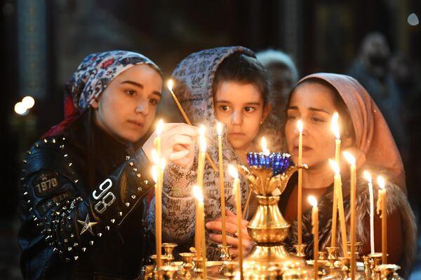 Верующие во время патриаршего служения в канун Вербного воскресенья в храме Христа Спасителя в Москве