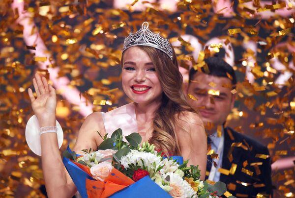 Победительница конкурса Sky Lady 2019 бортпроводница Аэрофлота Дарья Баранова во время награждения