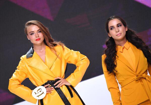 Бортпроводница Аэрофлота Дарья Баранова (слева) во время конкурса красоты Sky Lady 2019 в Москве