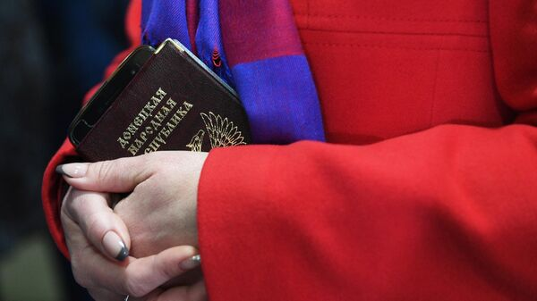 Женщина с паспортом гражданина ДНР