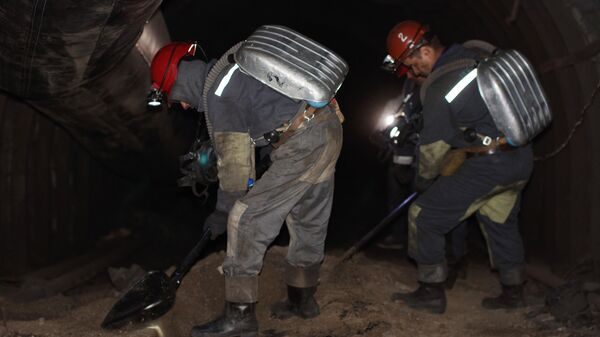 Шахтеры разбирают завалы в шахте Схидкарбон в поселке Юрьевка в Луганской области