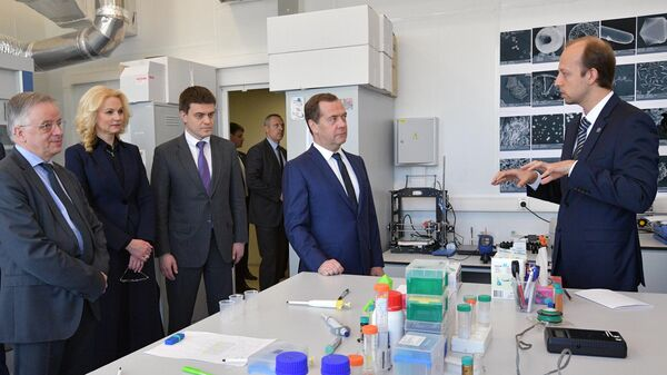 Дмитрий Медведев во время осмотра лаборатории нанобиотехнологий в ходе посещения Московского физико-технического института. 26 апреля 2019