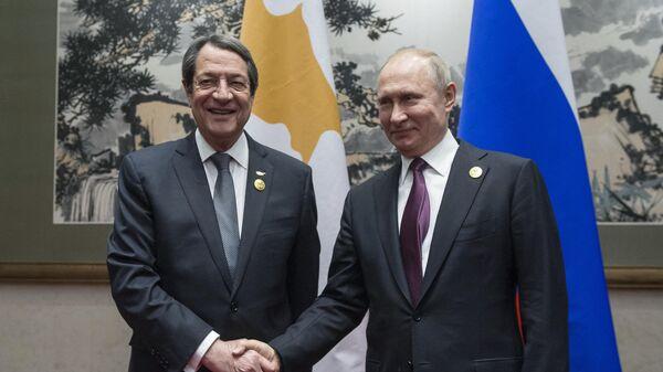 Президент РФ Владимир Путин и президент Кипра Никос Анастасиадис (слева) во время встречи на полях второго форума международного сотрудничества Один пояс - один путь в Пекине