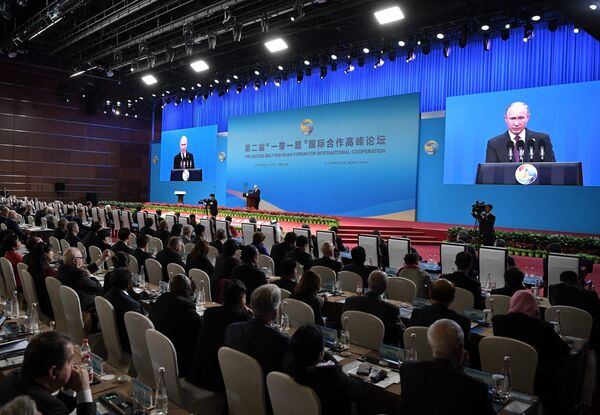 Президент РФ Владимир Путин выступает на церемонии открытия второго форума международного сотрудничества Один пояс - один путь в национальном Конгресс центре в Пекине