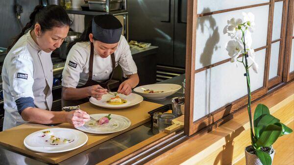 Шеф-повар и его помощник готовят кайсэки