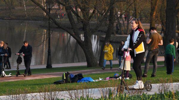 Отдыхающие в парке Царицыно в Москве.