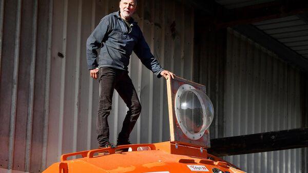 Жан-Жак Савен и его морской корабль-бочка на верфи во Франции
