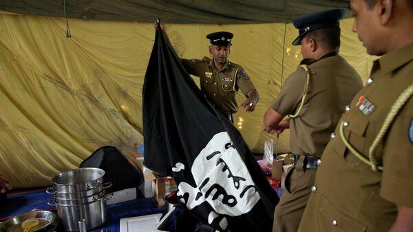 Сотрудники полиции Шри-Ланки во время антитеррористического рейда