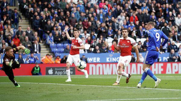 Форвард Лестера Джеймс Варди забивает мяч в ворота Арсенала