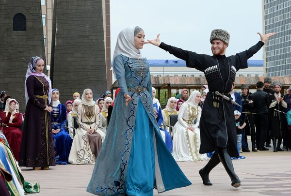 Выступление артистов возле Государственного театрально-концертного зала Грозного на праздновании Дня чеченского языка в Грозном