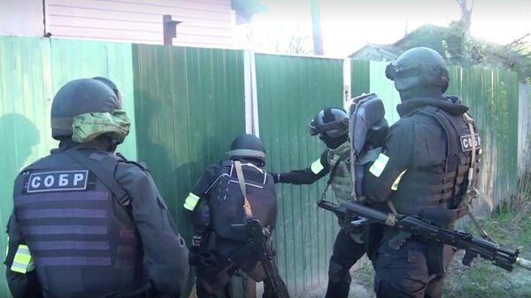 Сотрудники правоохранительных органов во время спецоперации в Подмосковье
