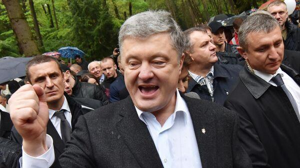 Действующий президент Украины Петр Порошенко во время поездки во Львовскую область