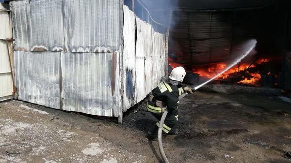 Пожар в строительном магазине на окраине поселка Горячеводский в Ставропольском крае