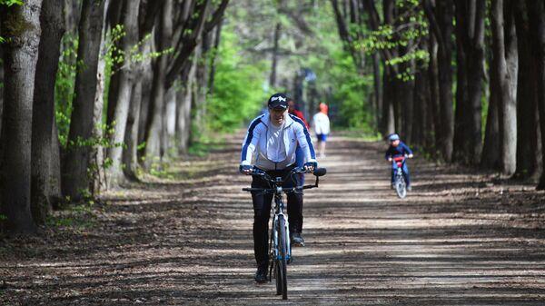 Мужчина катается на велосипеде