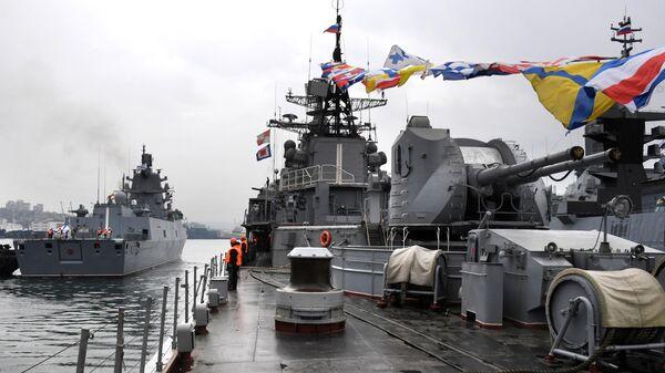 Фрегат Адмирал флота Советского Союза Горшков во время швартовки , Справа - эсминец Быстрый