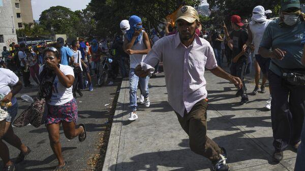 Протестующие во время столкновения с Национальной гвардией Венесуэлы в Альтамире, районе Каракаса