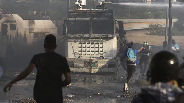Протестующие во время столкновения с Национальной гвардией Венесуэлы в Альтамире, районе Каракаса. Архивное фото