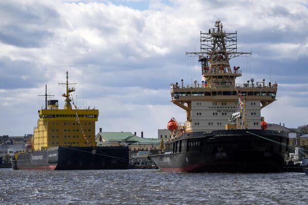 Ледокол Санкт-Петербург (на первом плане) и ледокол Капитан Сорокин во время VI фестиваля ледоколов в  Санкт-Петербурге
