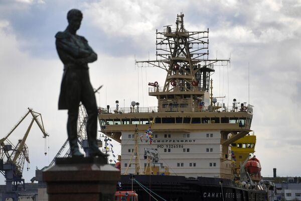 Ледокол Санкт-Петербург и памятник Ивану Крузенштерну во время VI фестиваля ледоколов в Санкт-Петербурге
