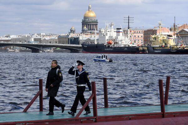 Посетители VI фестиваля ледоколов в Санкт-Петербурге