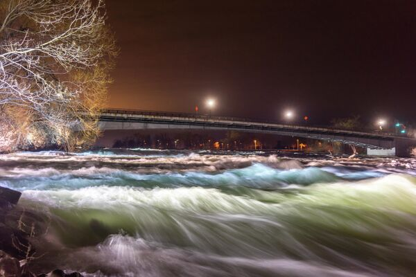 Мост через реку Ниагара со стороны Государственного парка Ниагарского водопада в штате Нью Йорк, США